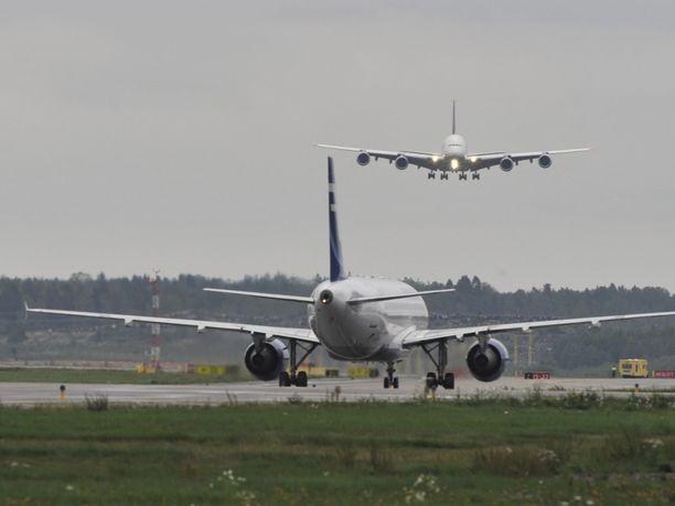 Lentoliikennettä Helsinki-Vantaalla.