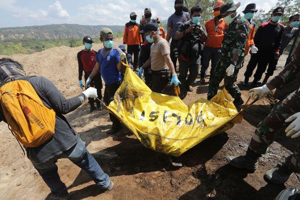 Edellisen katastrofin eli viime perjantain maanjäristyksen ja sitä seuranneen tsunamin uhreja haudataan Palun kaupungissa.