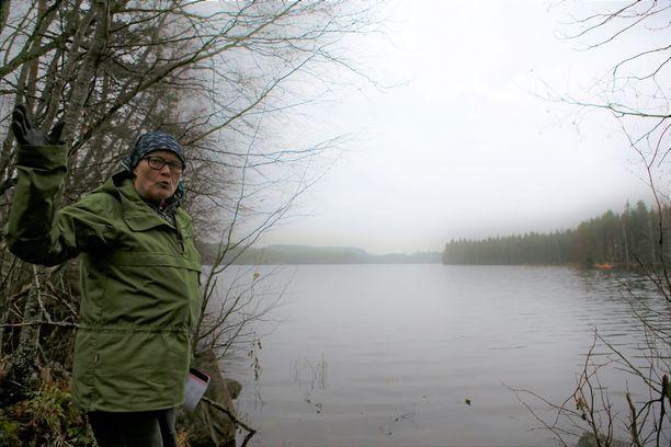 Luontoaktiivi Kirsti Krogerus sanoo olevansa huolissaan siitä, miten tuulivoimalapuisto vaikuttaisi alueen kymmeniin lampiin ja pieniin järviin.