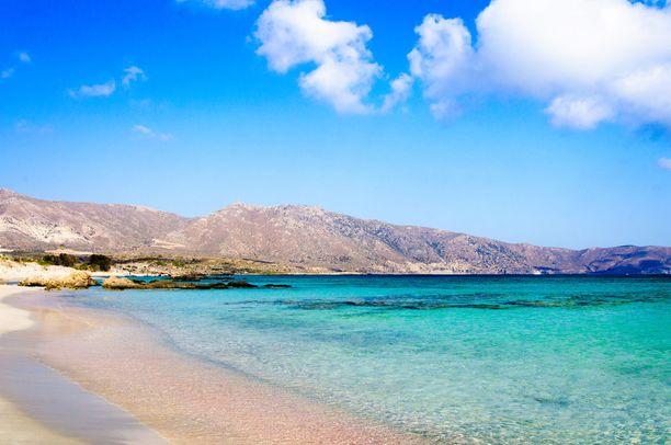 Turkoosinsinisen veden lisäksi Elafonissin ranta näyttää paikoitellen vaaleanpunaiselta.