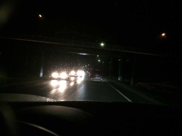 Pimeäperäinen auto jää etenkin syksyn sateissa näkymättömäksi.