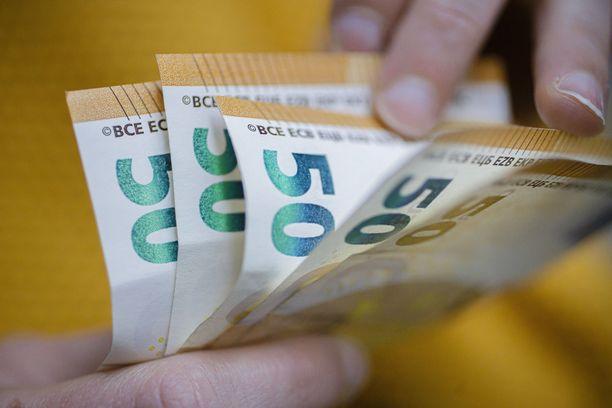 Suurin osa rahanväärennöksistä on huomattu käteisen rahan kuljettamiseen tai sen käsittelyyn liittyvissä tilanteissa. Kuvituskuva.