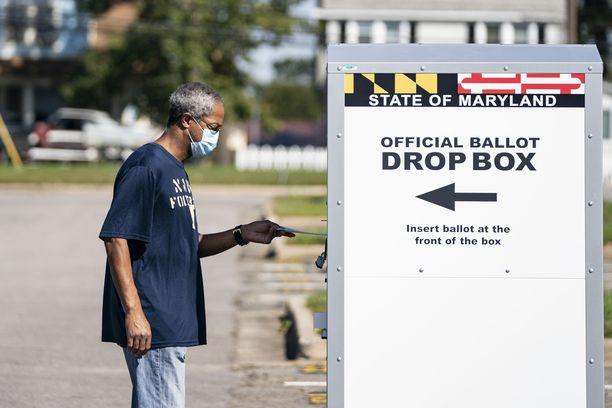 Ennakkoäänestäjä antamassa ääntään Marylandin osavaltiossa.