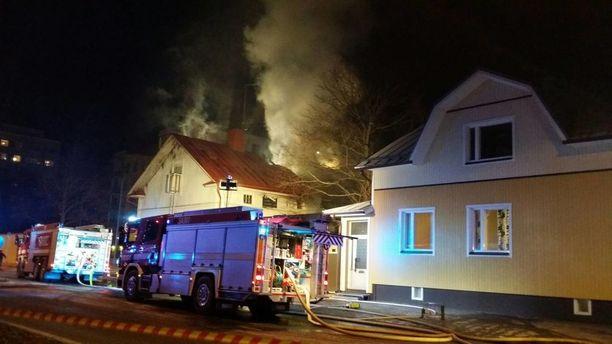 Voimakas tulipalo tuhosi puurakenteisen asuintalon Porin Itsenäisyydenkadulla marraskuussa 2016.