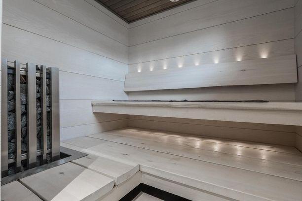 Valkoinen sauna ja led-valot edustavat modernia tunnelmaa parhaimmillaan. Tällainen sauna voisi hyvin olla skandinaavisen ja minimalistisen kodin jatke.