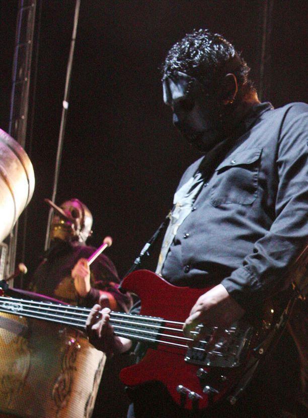 Myös Paul Graylla oli usein lavalla kasvoillaan naamari.