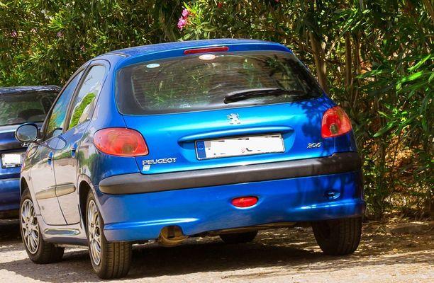 Vainoaja jäi kiinni koska ajoi pienellä sinisellä Peugeotilla. Auto oli seissyt naisen maatilan luona tien laidassa omistajansa masturboidessa. Kuvan auto ei liity tapaukseen.