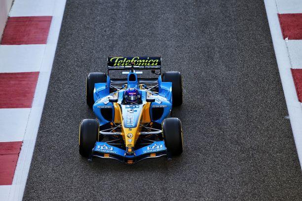 Fernando Alonso palasi kauden 2005 ajokkinsa rattiin Abu Dhabissa.