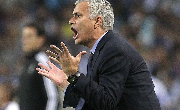Englannin jalkapalloliitto totesi José Mourinhon syyttömäksi, mutta maan futispomo vaatii silti portugalilaisluotsilta anteeksipyyntöä.