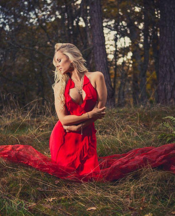 Susanna Tanni poseeraa rohkeissa, mutta sensuelleissa kalenterikuvissa.