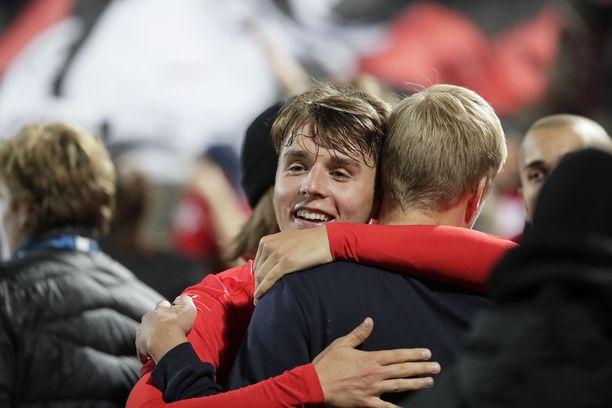 HIFK:n Joel Mattsson teki joukkueensa 2–0-maalin. Ottelun jälkeen kannattajat tulivat halaamaan häntä.