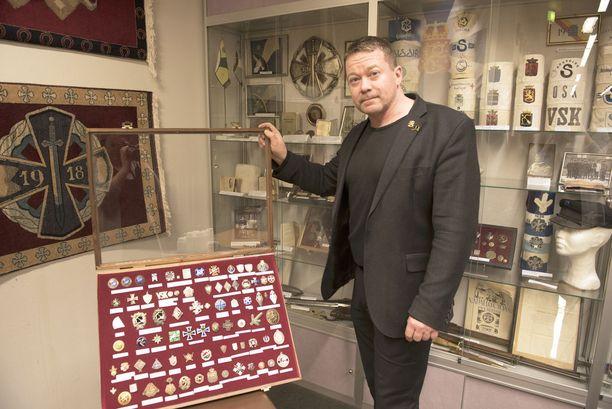 Majuri Ville-Veikko Kirvesmies esitteli Pääesikunnassa museokokoelmaa vapaussodasta.
