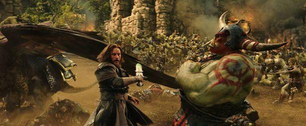 Örkit ja ihmiset ottavat mittaa toisistaan elokuvassa Warcraft: The Beginning.