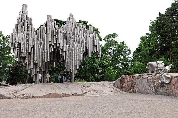 Monumentti tuotiin paikan päälle neljässätoista osassa, ja yleisö seurasi kiinnostuneena sen kokoamista.