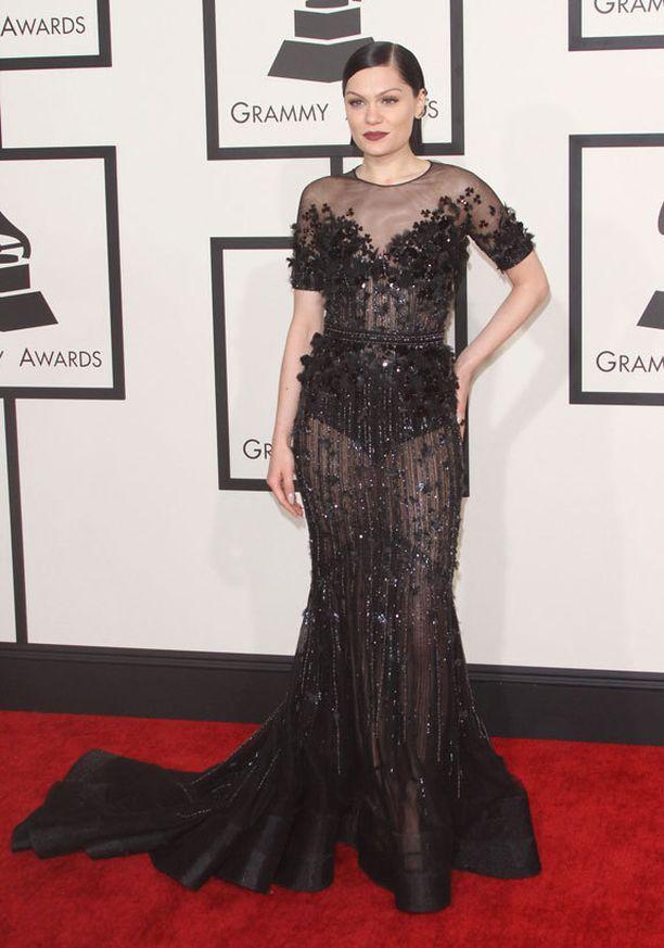 Jessie J valitsi helmikuun Grammy-gaalaan läpinäkyvää mustaa.