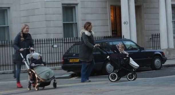 Madde otti lastenhoitajan avukseen kävelylle.