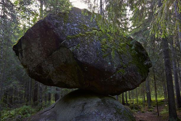 Tätä kiveä ei voi olla kummastelematta! Kummakivi löytyy Ruokolahdelta.