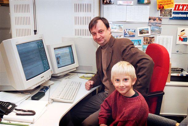 Hjallis Harkimo ja Joel Harkimo tutustumassa Iltalehteen joulukuussa 1998.