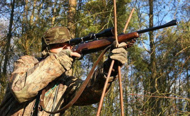 Mies ampui kuvitteellisen kauriin sijasta vahingossa pitkäaikaisen metsästyskaverinsa. Kuvituskuva.