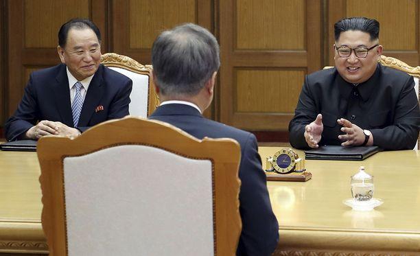 Kim Yong-chol ja Kim Jong-un Etelä-Korean presidentin Moon Jae-inin (selin) kanssa.