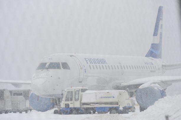 Vaaratilanteet tapahtuivat tammikuussa 2018. Toisena päivistä näkyvyys kiitoteillä oli huono lumisateen vuoksi. Kuvituskuva.