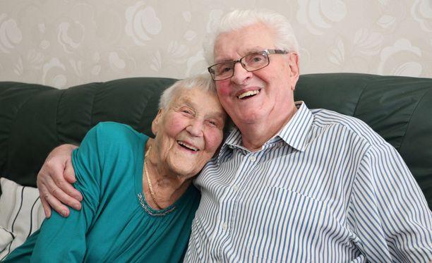 - Pussataaks me kans, Lauri Heine kysyy ja kaappaa vaimonsa Kaarinan tiukasti kainaloonsa. Vaikka lähes 90-vuotiaiden arjessa on jo omat ongelmansa, Heinet eivät ole lakanneet kiusoittelemasta toisiaan.