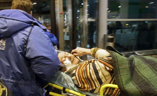 Haavoittunutta miestä vietiin paareilla kentältä.