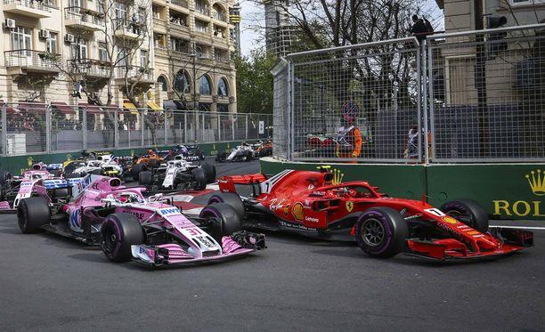 Sebastian Ocon ja Kimi Räikkönen kävivät tiukkaa taistelua kisan alkumetreillä.