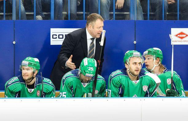 Sponsori hylkäsi Antti Pihlströmin (oikealla) edustaman Salavat Julajev Ufan kesken kauden.