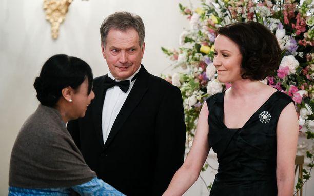 Presidenttipari toivotti illan vieraat kädestä pitäen tervetulleiksi.