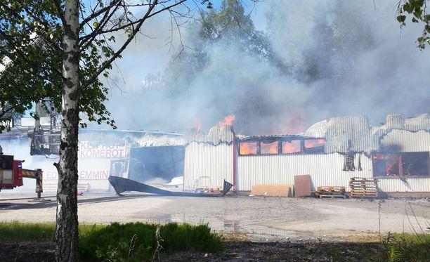 Palopäällikön mukaan rakennus on niin pahasti tuhoutunut, ettei siitä pystytä säilyttämään mitään.