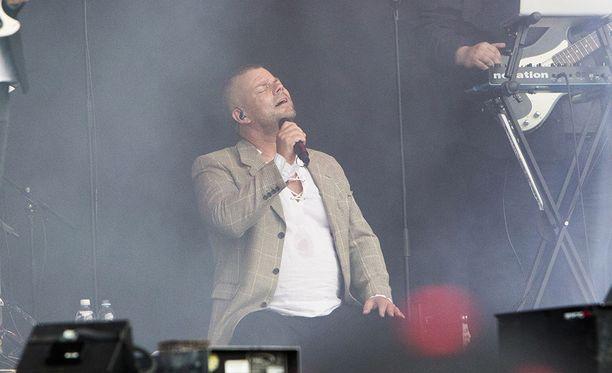 Jari Sillanpää on tunnettu laulaja. Mies tunnetaan myös Vain elämää -ohjelmasta.