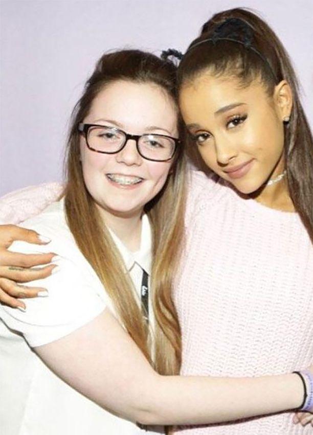 Georgina pääsi yhteiskuvaan Ariana Granden kanssa pari vuotta sitten.