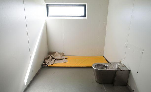 Tarkkailuhaalareita käytetään tarvittaessa eristysselleissä. Kuvan selli Turun Saramäen vankilasta, jota kyseiset tapaukset eivät koske.