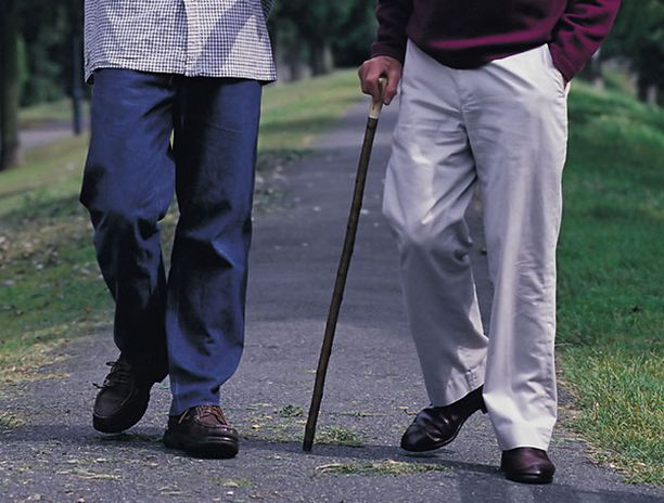 Parkinsonin tauti aiheuttaa vaikeita liikehäiriöitä.