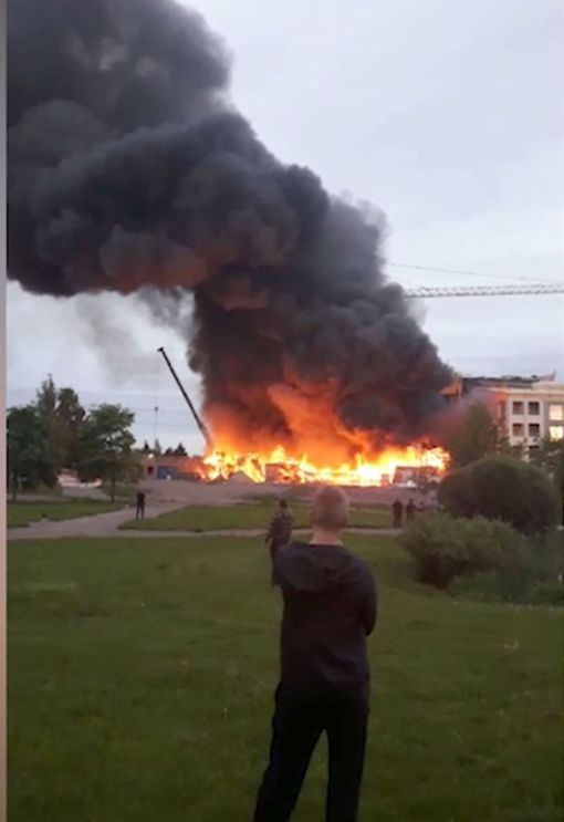 Pohjois-Helsingissä kerrostalon rakennustyömaalla riehunut tulipalo sai poliisin mukaan alkunsa 9-10-vuotiaiden lasten tulitikkuleikeistä.