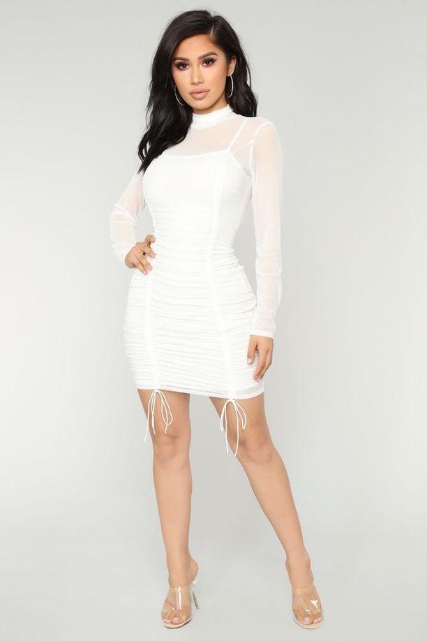 Fashion Nova myy sivuillaan mekkoa, joka näyttää erehdyttävästi August Gettyn luomukselta. Hintaa mekolla on vaivaiset 30 euroa.
