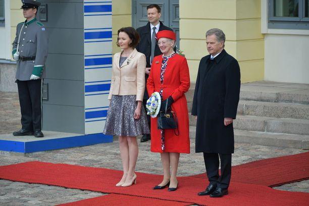 Aamulla Margareeta II edusti punaisessa jakkupuvussa.