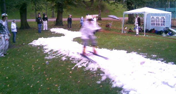 TALVEN TUNTUA Kaisaniemen puiston tenniskentät saivat seurakseen lasketteluradan.