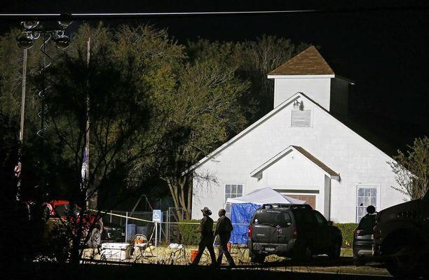 Baptistikirkko sai toimia järkyttävän verilöylyn näyttämönä Texasissa puoli kahdeltatoista sunnuntaina.