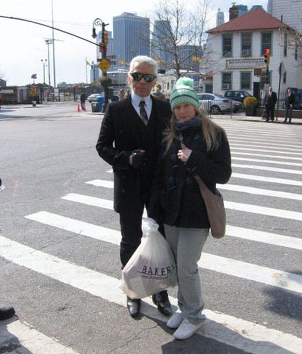 Veera oli poikaystävänsä kanssa matkalla New Yorkissa. Pari suunnisti Brooklyniin syömään pitsaa ja törmäsi matkalla kuuluisaan muotisuunnittelija Karl Lagerfeldiin. -Pakko oli päästä samaan kuvaan, toteaa Veera.