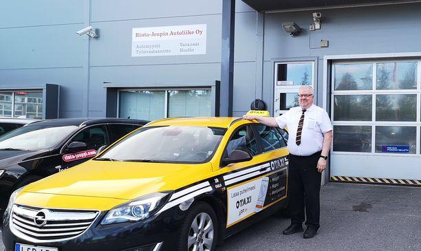 Taksiyrittäjä Ari Kiviniemi on erittäin tyytyväinen Rinta-Joupin Autoliikkeen Oulun huollon toimintaan.