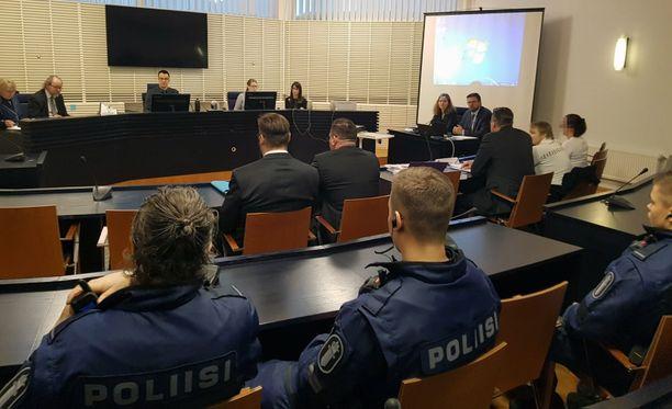 """Kolmoismurhaaja Veli-Matti """"Metsuri"""" Huohvanainen (puvussa, selin vasemmalla) Itä-Uudenmaan käräjäoikeudessa. Häntä epäillään rikollispomo Raimo Anderssonin murhasta."""