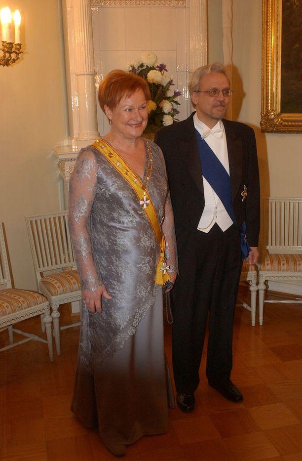 Tarja Halosella on tämäniltaisilla päivällisillä yllään tämä vuoden 2002 Linnan juhlissa nähty puku.