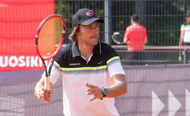 Teemu Selänne kuvattiin tennismailan varressa tänä kesänä hotelli Kalastajatorpalla perinteisessä Bermuda-turnauksessa.