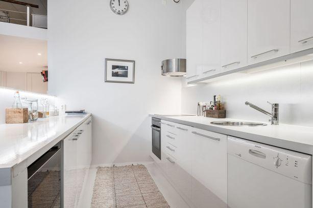 Valkoinen keittiö sulautuu muuhun tilaan.