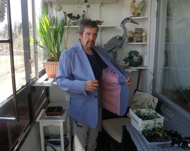 Tilaa on! Vanha takki on Heikin päällä kuin teltta. Hän kertoo, että tyttären häihin oli ostettava uusi puku.