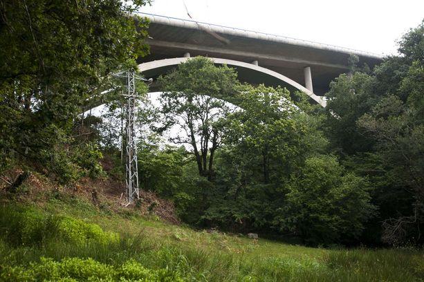17-vuotias tyttö hyppäsi alas sillalta Cabezon de la Salissa, Cantabriassa. Hän hyppäsi alas 40 metriä korkealta maasillalta.