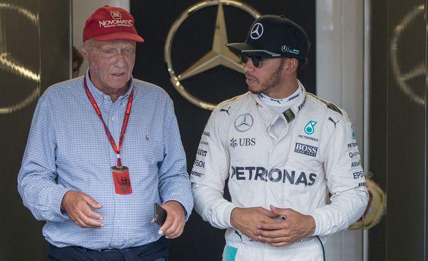 Niki Lauda ilmaisi tukensa Lewis Hamiltonille.