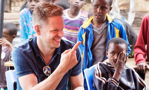 Moni nauroi Singmarkille, kun hän kertoi aikovansa rap-artistiksi. Hän jakoi kokemuksiaan lapsille Keniassa.